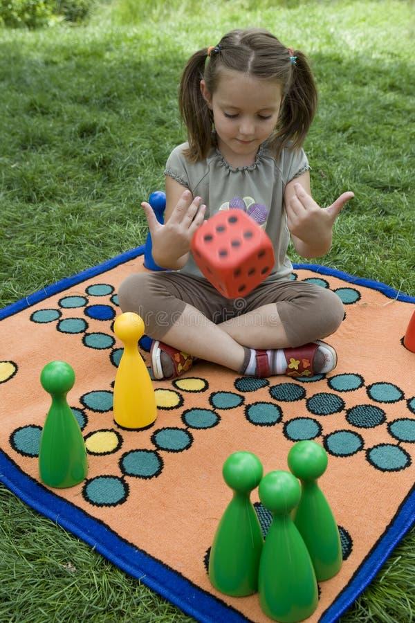 Het spelen van het kind met een raad stock fotografie