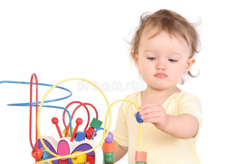 Het spelen van het kind met een stuk speelgoed stock afbeelding
