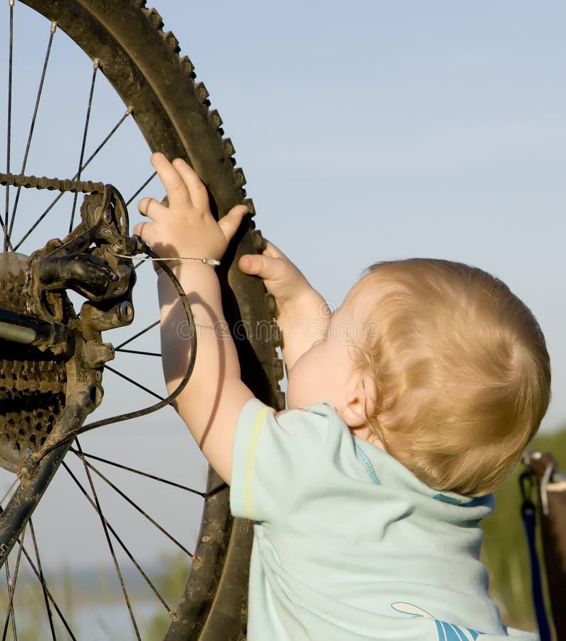 Het spelen van het kind met fietswiel royalty-vrije stock fotografie