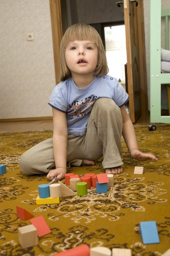 Het spelen van het kind met speelgoed stock fotografie