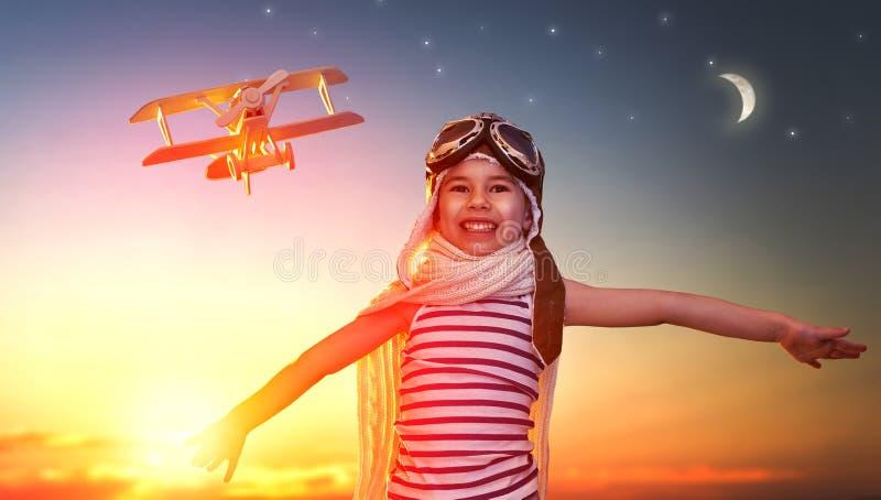 Het spelen van het kind met stuk speelgoed vliegtuig stock foto