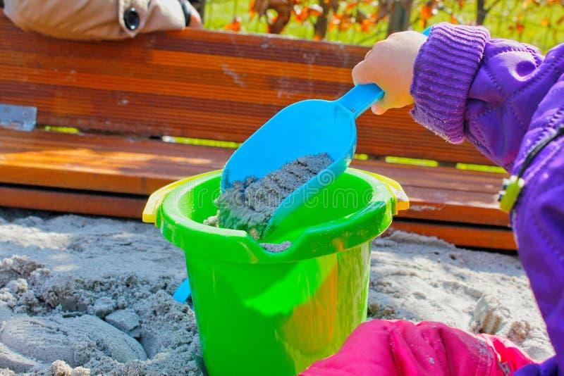 Het spelen van het kind met zand stock foto's