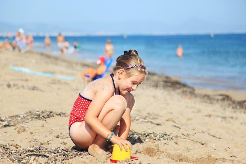 Het spelen van het kind op het strand stock foto's