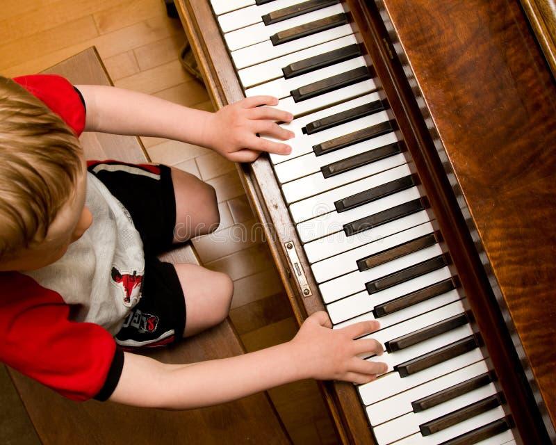 Het spelen van het kind piano stock afbeelding