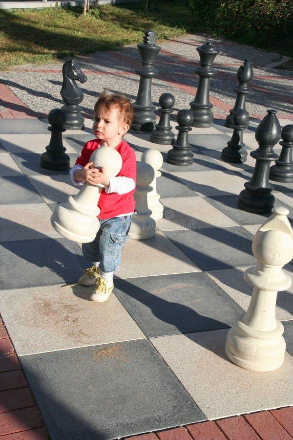 Het spelen van het kind schaak royalty-vrije stock afbeelding