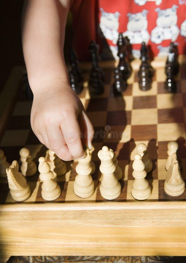 Het spelen van het kind schaak royalty-vrije stock foto