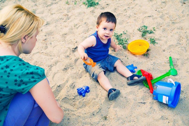 Het spelen van het kind in zand royalty-vrije stock fotografie