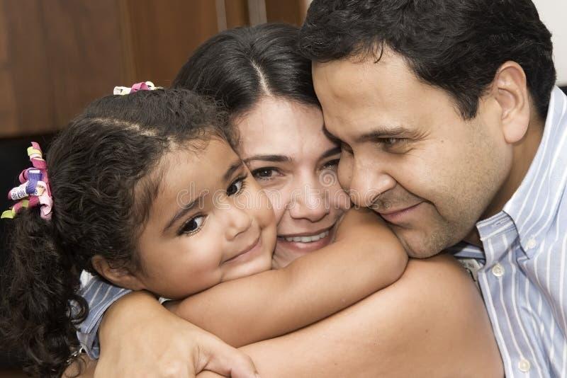 Het spelen van het mamma en van de papa met hun dochter