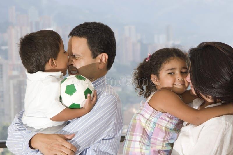Het spelen van het mamma en van de papa met hun kinderen royalty-vrije stock fotografie