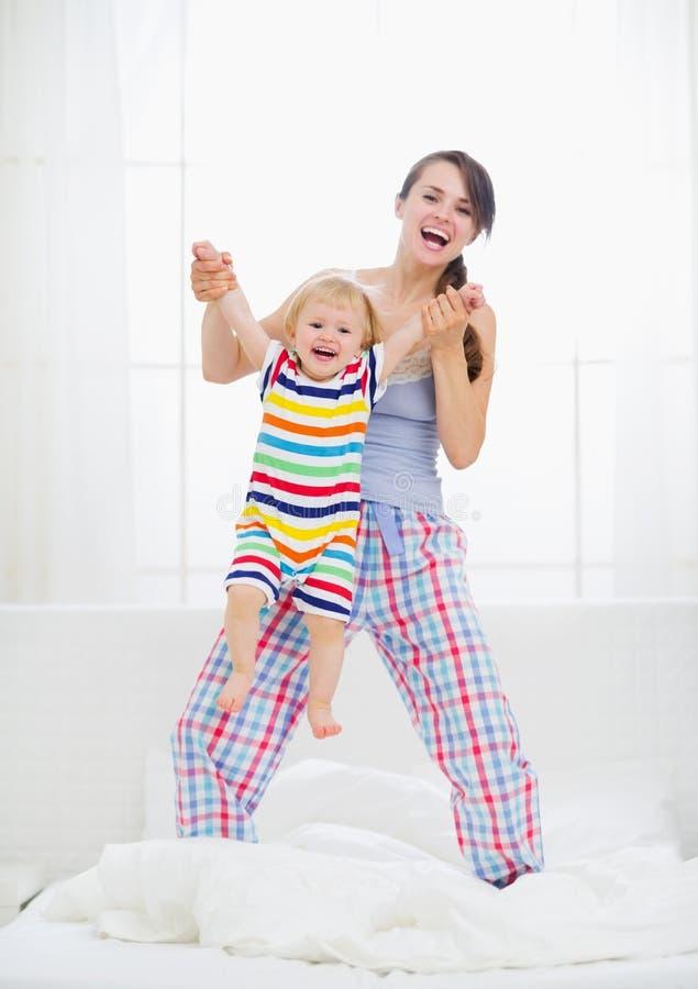 Het spelen van het mamma met baby in slaapkamer stock fotografie