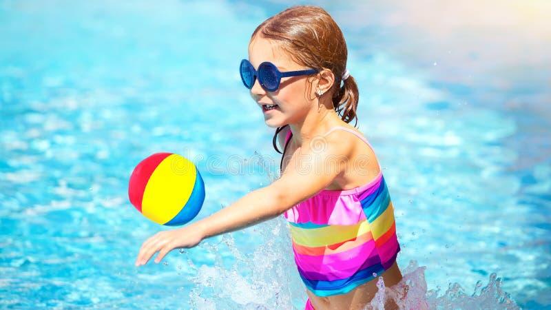 Het spelen van het meisje in de pool royalty-vrije stock fotografie