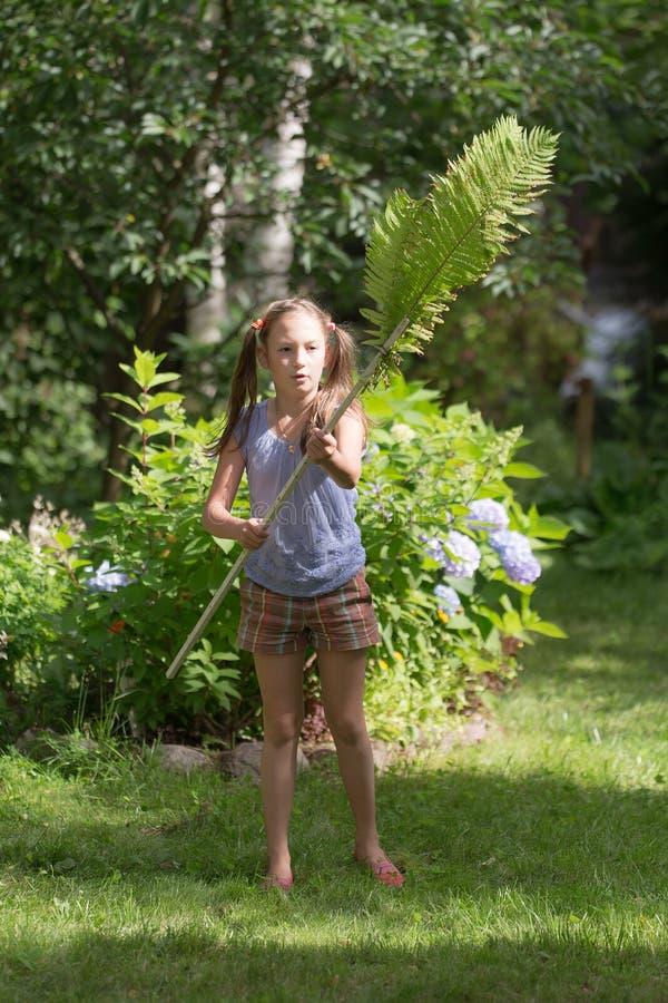 Het spelen van het meisje in de tuin stock afbeelding