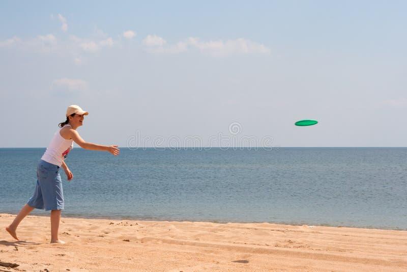 Het spelen van het meisje frisbee stock fotografie