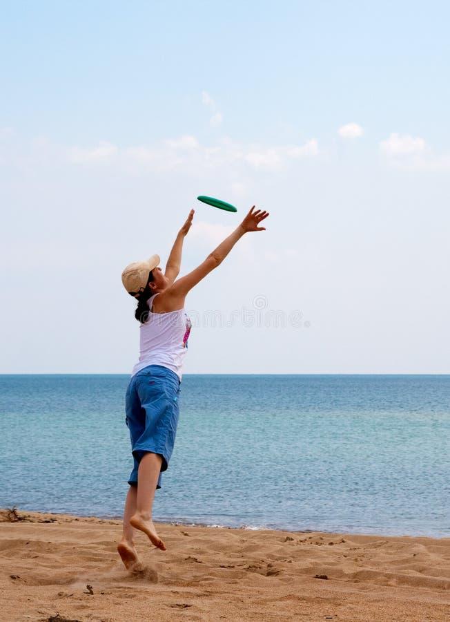 Het spelen van het meisje frisbee royalty-vrije stock afbeeldingen