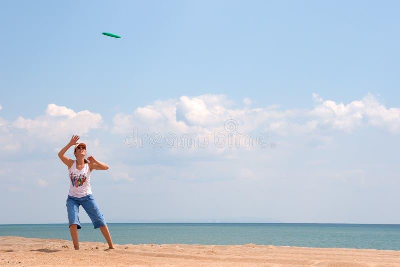 Het spelen van het meisje frisbee stock foto's