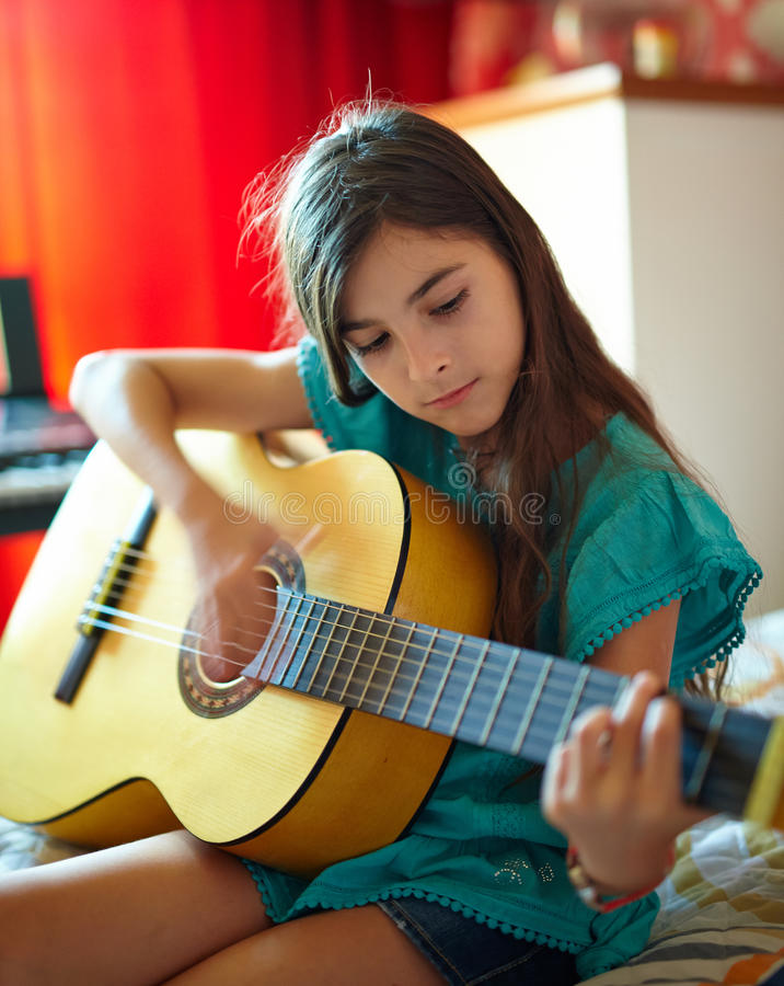 Het spelen van het meisje gitaar royalty-vrije stock fotografie
