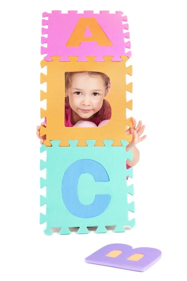 Het spelen van het meisje met alfabet abc brieven stock afbeeldingen