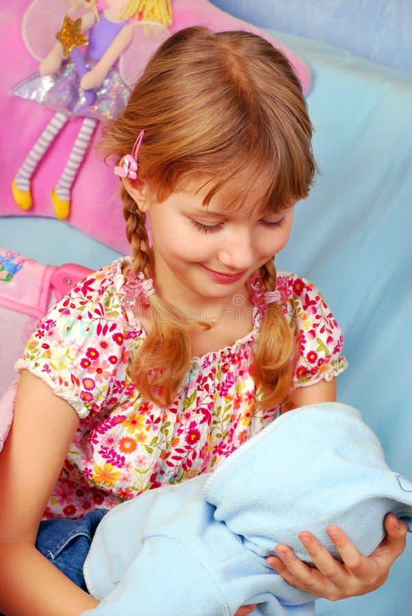 Het spelen van het meisje met baby - pop royalty-vrije stock afbeelding