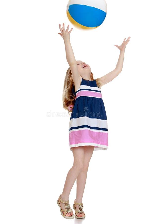 Het Spelen van het meisje met Bal stock fotografie