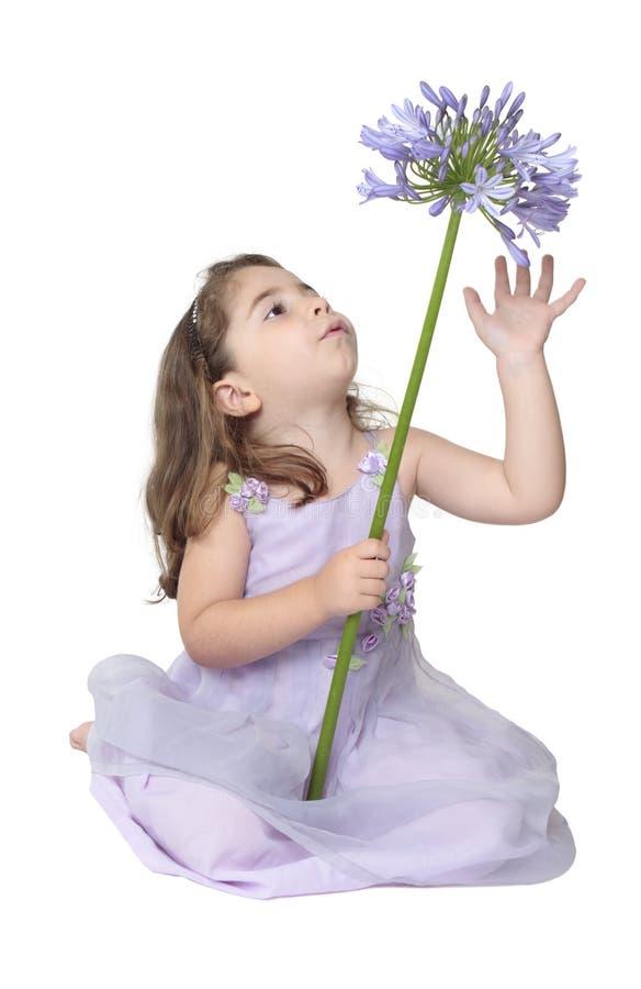 Het spelen van het meisje met bloem royalty-vrije stock afbeeldingen