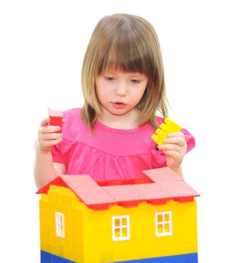 Het spelen van het meisje met blokken stock afbeeldingen