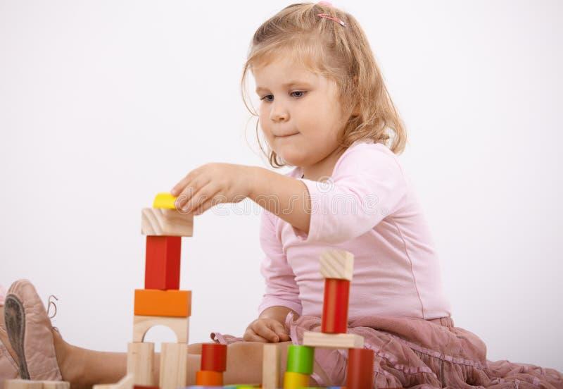 Het spelen van het meisje met kubussen royalty-vrije stock fotografie