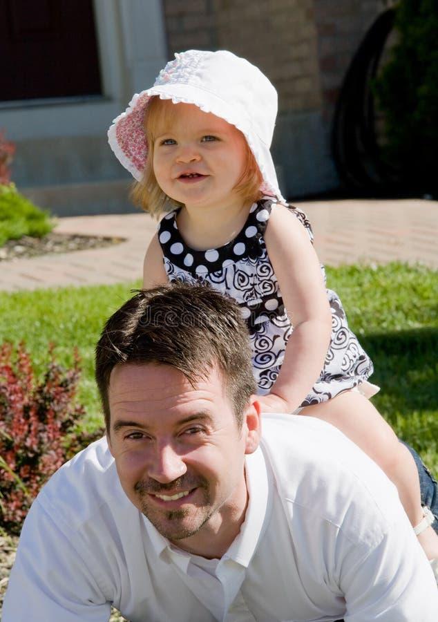 Het Spelen van het meisje met Papa royalty-vrije stock afbeelding