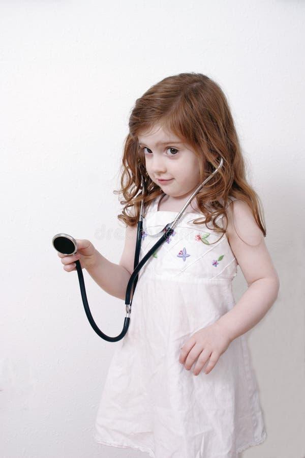 Het spelen van het meisje met stethoscoop royalty-vrije stock afbeeldingen