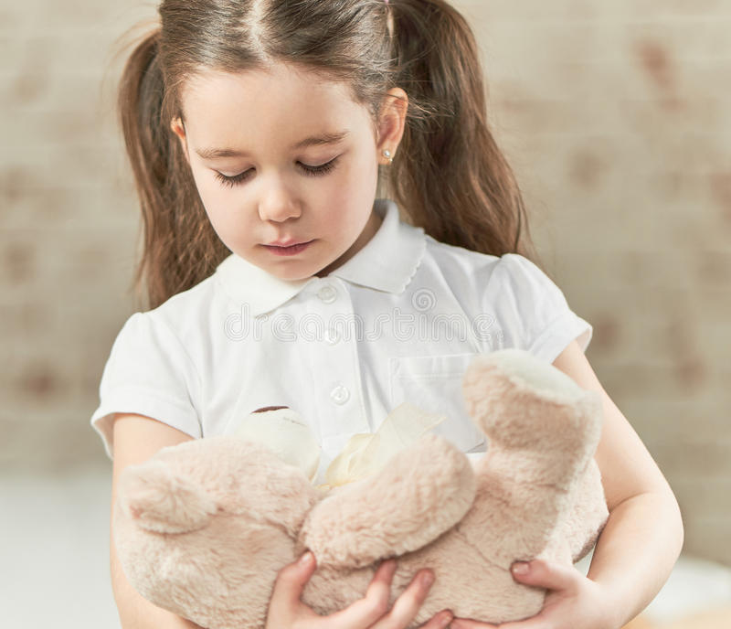 Het spelen van het meisje met teddybeer stock afbeeldingen