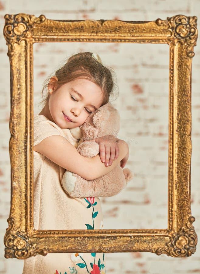 Het spelen van het meisje met teddybeer royalty-vrije stock afbeeldingen