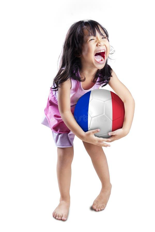 Het spelen van het meisje met voetbalbal stock fotografie