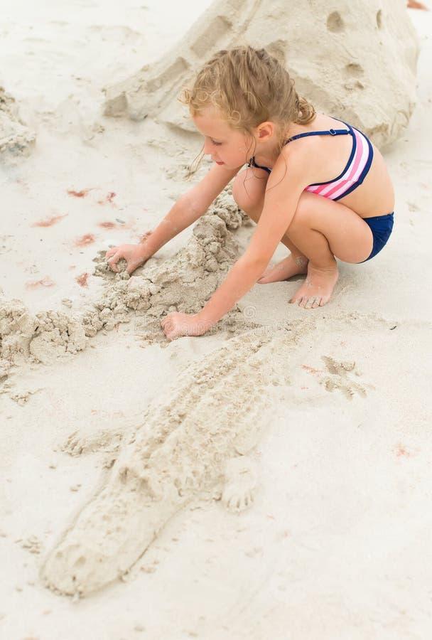 Het spelen van het meisje op het strand royalty-vrije stock fotografie