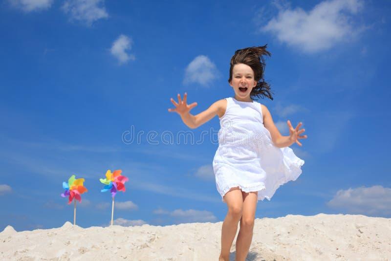 Het spelen van het meisje op strand royalty-vrije stock fotografie