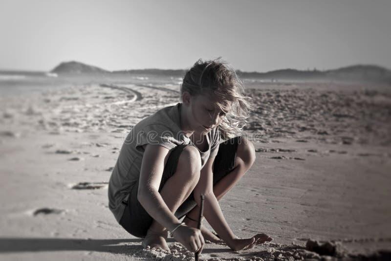 Het spelen van het meisje op zand royalty-vrije stock foto