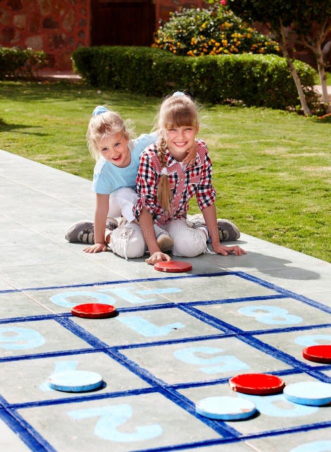 Het spelen van het meisje in park. royalty-vrije stock afbeeldingen