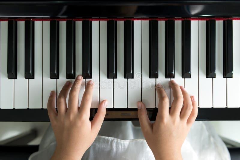 Het spelen van het meisje piano stock foto