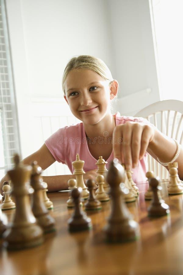 Het spelen van het meisje schaak. stock foto