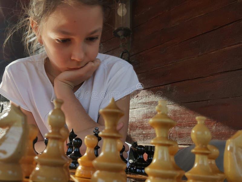 Het spelen van het meisje schaak stock foto