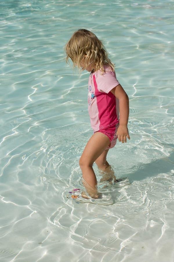 Het spelen van het Meisje van de peuter in de pool royalty-vrije stock afbeeldingen