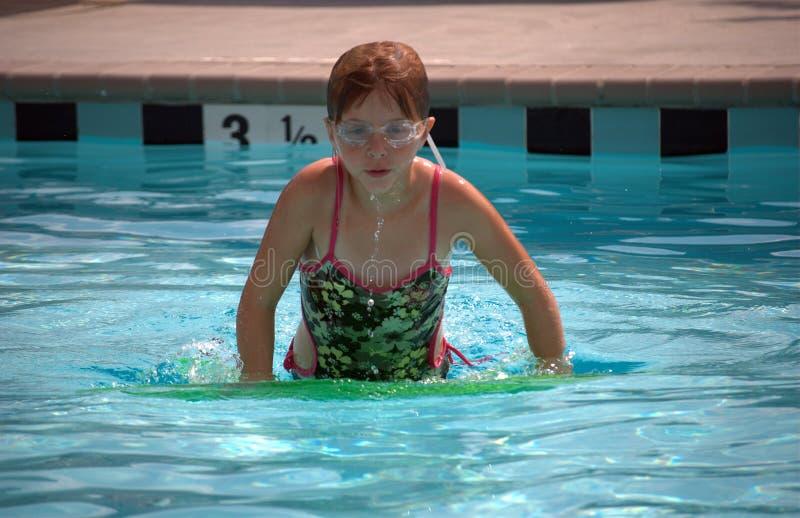 Het spelen van het meisje in zwembad royalty-vrije stock fotografie