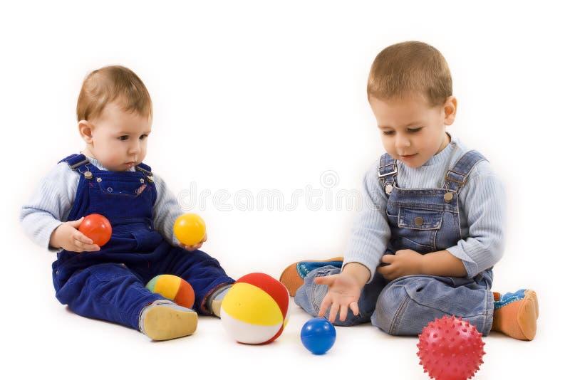Het spelen van jongens stock afbeeldingen