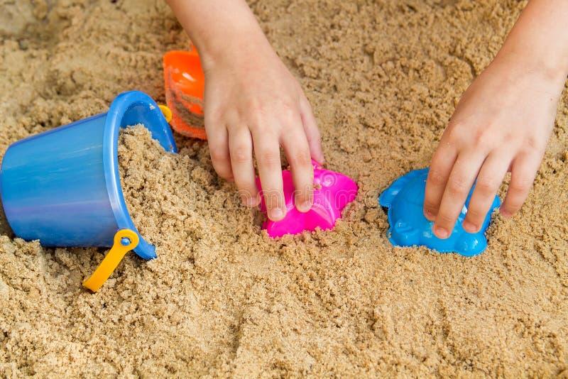 Het spelen van het kind in de zandbak royalty-vrije stock foto's