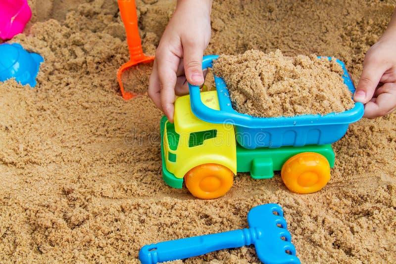 Het spelen van het kind in de zandbak royalty-vrije stock afbeelding
