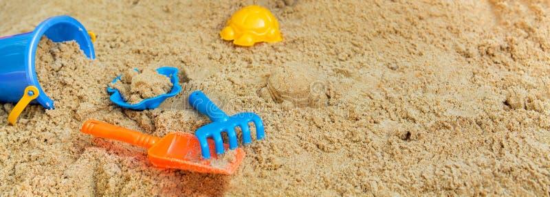 Het spelen van het kind in de zandbak stock fotografie