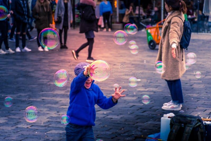Het spelen van het kind met zeepbels royalty-vrije stock afbeeldingen