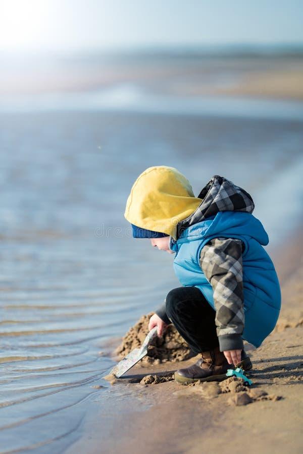 Het spelen van het kind op het strand royalty-vrije stock foto