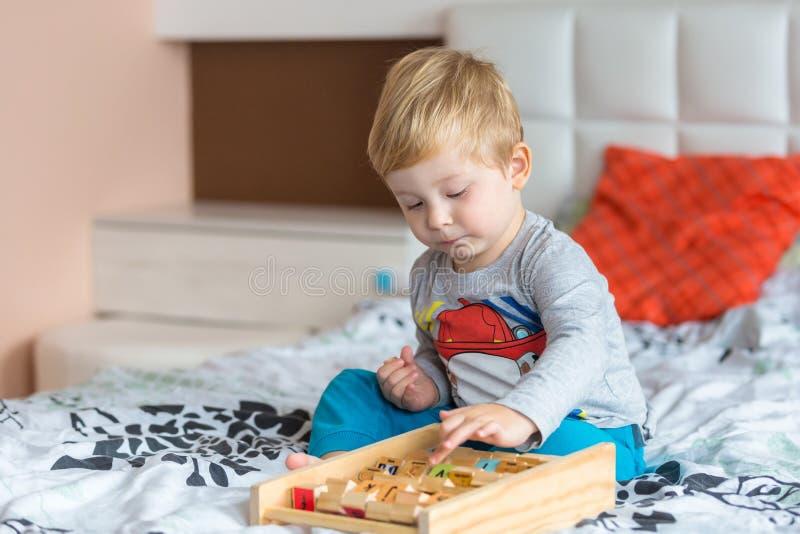 Het Spelen van Little Boy met Speelgoed stock foto's
