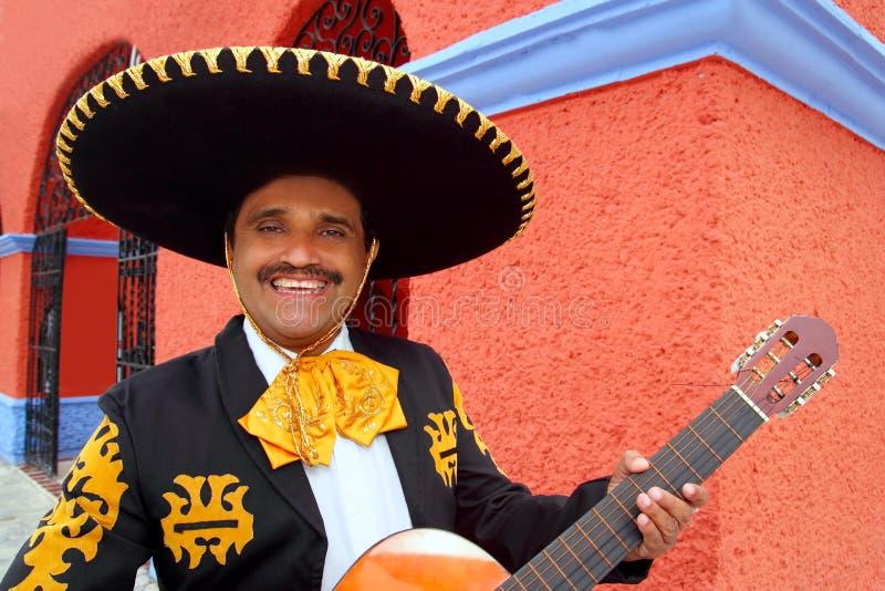 Het spelen van Mariachi van Charro de huizen van gitaarMexico royalty-vrije stock afbeelding