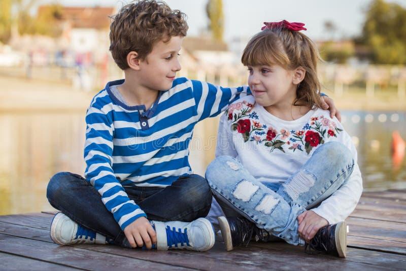 Het Spelen van het meisje en van de Jongen op het Strand stock foto