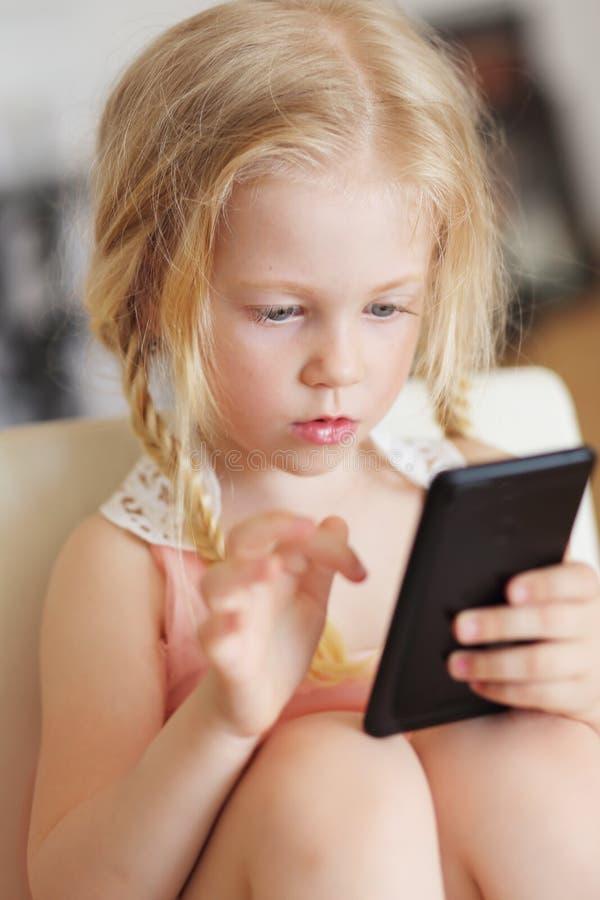 Het spelen van het meisje stock afbeeldingen